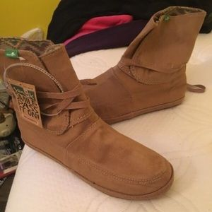 Size 8 Sanuk boots never worn