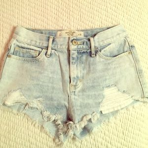 DISTRESSED LIGHT WASH SHORTS
