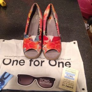 Toms floral wedge sandal size 8.5 like new!!