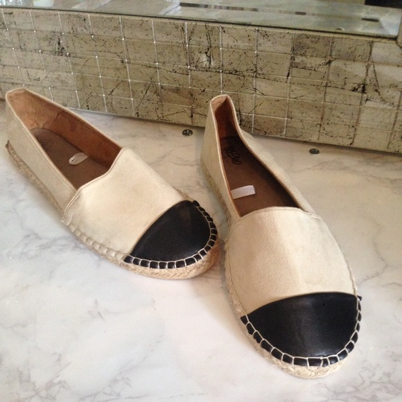 073f8aed5177 Cream Black Chanel Suede Flats 8 NEW Espadrilles