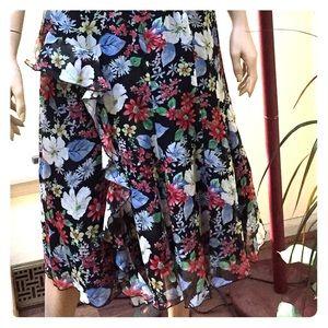 Pretty Flowered skirt, interesting details CUTE 🌺