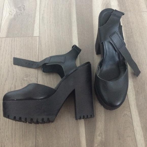 67c438d6fb2 Black closed toe platform heels. M 57798c329818297816058685