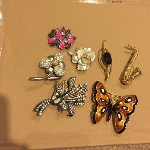 Jewelry - Bundle of brooches