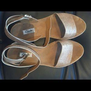 44c5bda4e Clarks Shoes - CLARKS Romantic Moon sandals in Champagne Metallic
