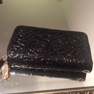 Super cute shiny wallet with black roses :)