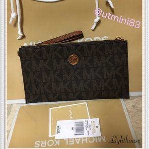Michael Kors Handbags - 🍥Michael Kors clutch🍥brown