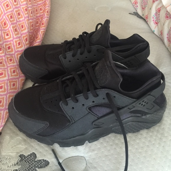 All black women s Nike huaraches. M 5783bcfdc28456b11e0039d4 3029c84189