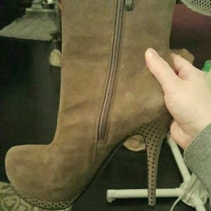 Size 8.5 GUESS BOOTIES