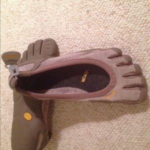 Vibram Shoes - Vibram wms 39 like new