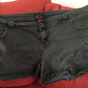 DISTRESSED JEANS SHORTS