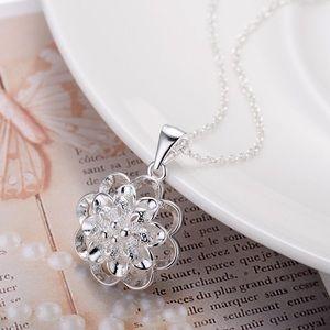 Jewelry - Silver flower necklace