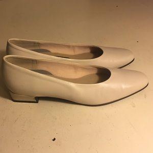 Easy Spirit Shoes - Easy spirit cream anti gravity flats size 8.5