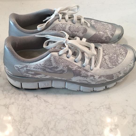 le scarpe nike libera 50 pitonato color argento poshmark impronta 85