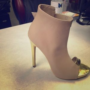 New Unique & Beautiful Tan and Gold Heel Sandals!!