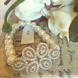 Jewelry - Crystal and Pearl stretch bracelet
