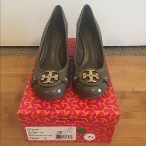 Tory Burch grey patent leather pumps sz 8