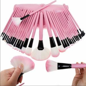 Other - 🌸Pink 32 piece pro cosmetics brushes