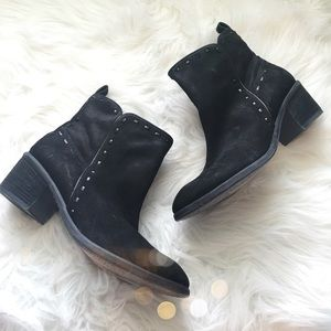 Gorgeous Donald Pliner Suede Stitch Booties