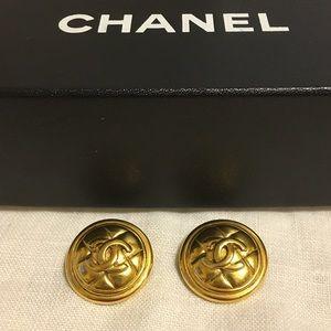 ❤️HP 11-13 ❤️Vintage Chanel clip on earrings.