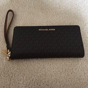 Michael Kors Handbags - Final sale price 💕 Travel wristlet