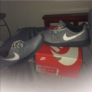Nike Roshe Run (GS) 6.5y = womens 8