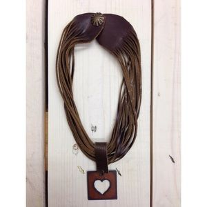 Short leather necklace with pendant