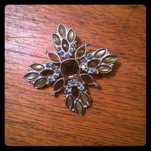 Jewelry - Pretty pin