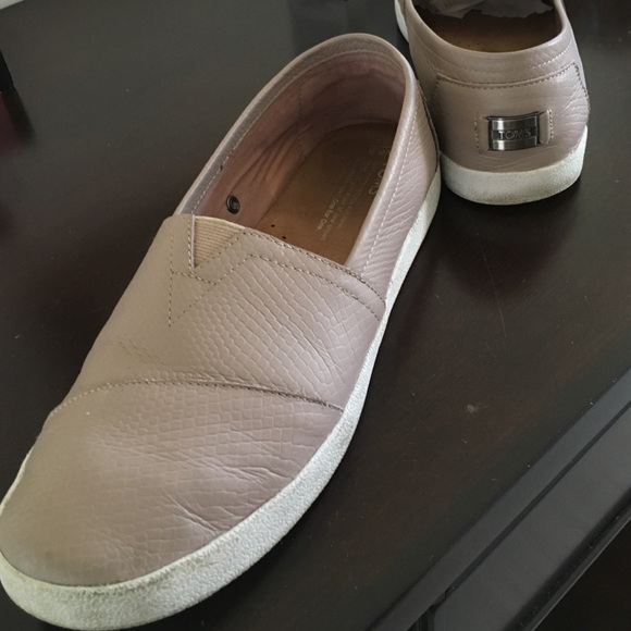05561af54d3 TOMS Stucco Leather Emboss Avalon slip ons. M 57a25cb76a583059500020d5