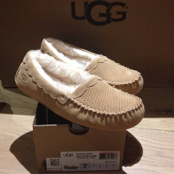 26b13c37069 Ugg scalloped moccasin honeycomb NWT