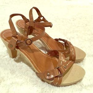 Hot tomato 7M wooden leather scrappy sandle heels