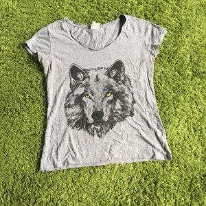 Gray wolf graphic tee