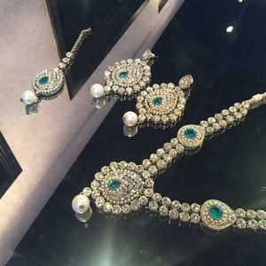 Bollywood Glamour Gorgeous Tika Necklace Earrings