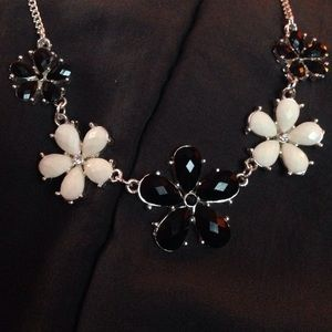 Black/White flower Necklace 