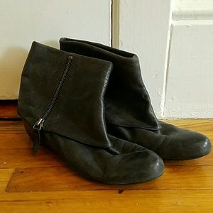 Slight heeled ankle boot. Nwgianne boot