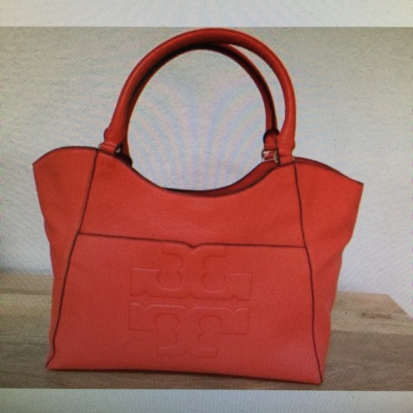 405a7ca4c1b3 Tory Burch Bombe Pebbled Leather Logo T tote poppy.  M 57aa03ebbcd4a7be6706463f