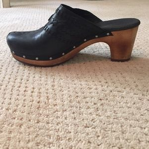 UGG BLACK LEATHER CLOGS W/ STITCHING