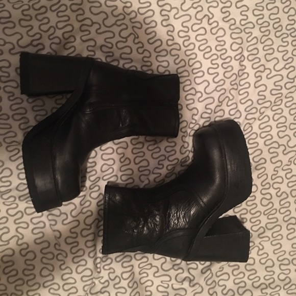 5d3dc50ec01 Vintage Steve Madden 90s platform boots. M 57aa91c8bf6df5aaee076603