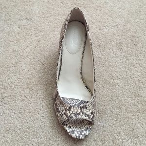 Cream/brown snakeskin open toe shoes
