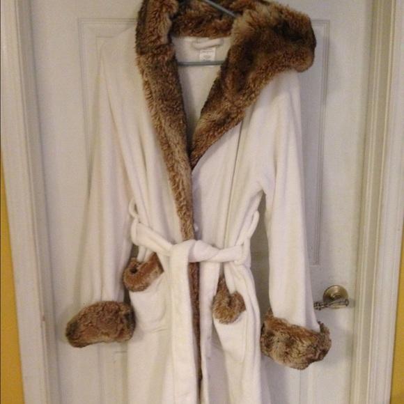 ... fur hooded robe NWOT. M 57ae70152ba50ad87b01ff00 1ace3f829