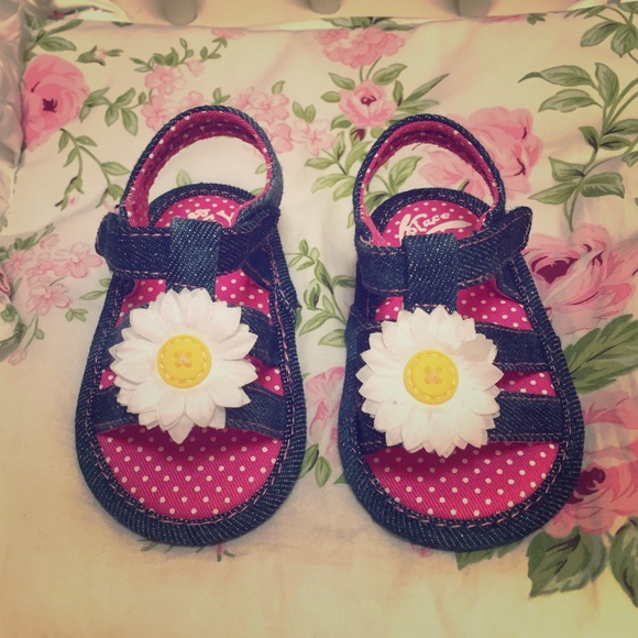 Children's Place Other - 🎉HP🎉Children's Place Adorable Sunflower Sandals