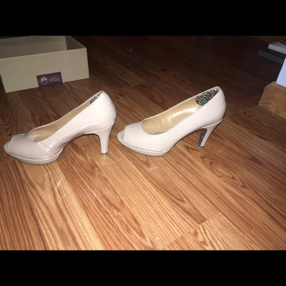 84% off Clarks Shoes - Clarks nude heels size 6! Wonderful