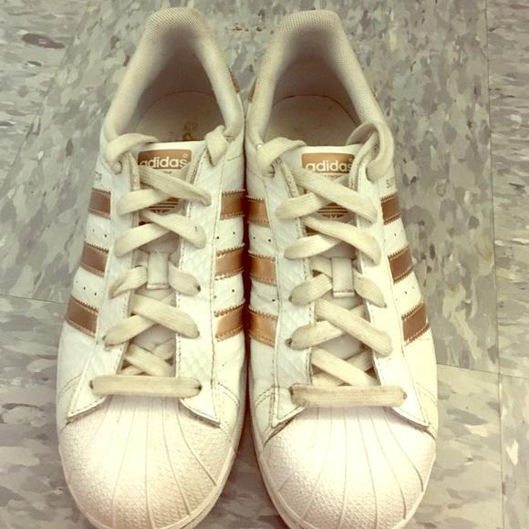 le adidas superstar scarpe con strisce oro poshmark