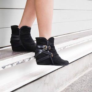 Shoes - 🎉HP🎉Black Sneaker Wedges + Gold Belt