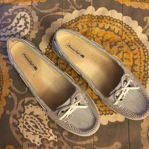 Navy/gold stripe boat shoes AE size 7.5 EUC