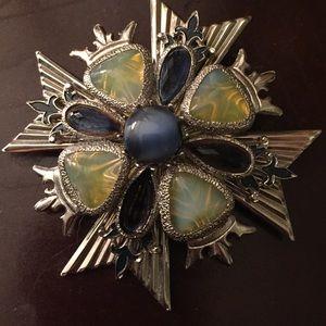 Beautiful Vintage / Mod crown pin!