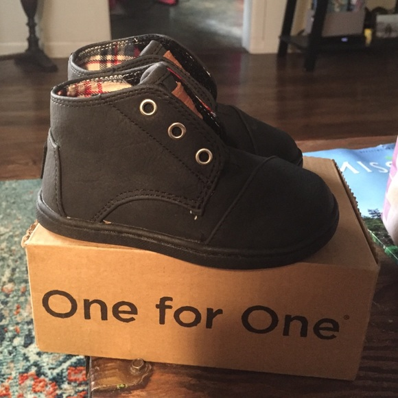 f52d0cdaa98 TOMS Paseo Mid in Black toddler size 6