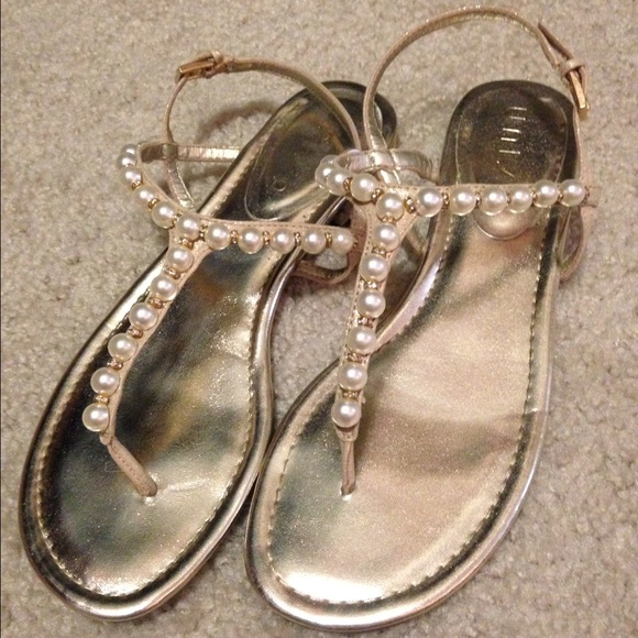 ded5fb5064a6 DSW pearl and sparkle gold sandals. M 57bcc7202599fe6cfa0033dd