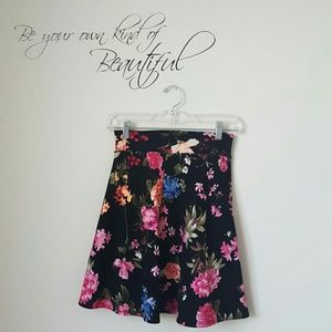 Dresses & Skirts - Beautiful floral skirt