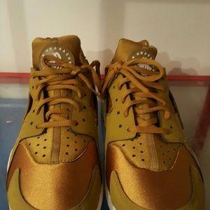 low priced 4d26b bfec8 Nike Shoes - Womens Nike Air Huarache Run Bronzine Gold Sail Bl
