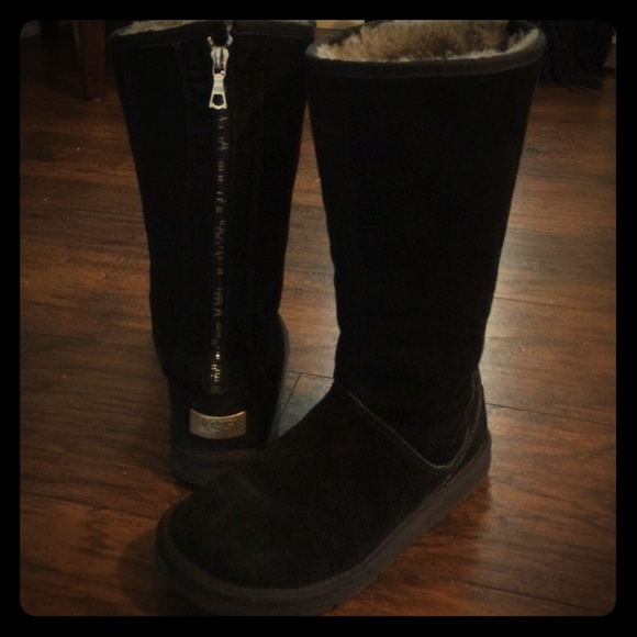 c3682576e66 Black zip up Ugg boots size 7